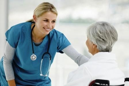 Mlada medicinska sestra razgovara sa pacijentom